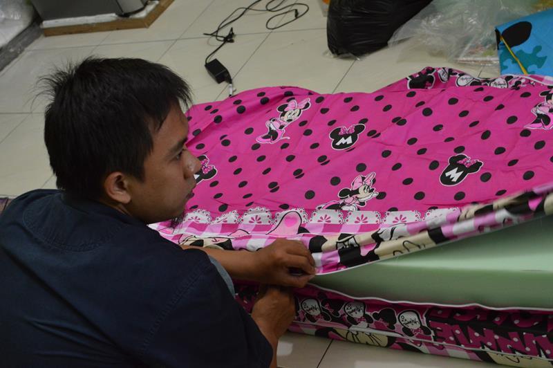 Proses Pemasangan Cover Kasur Lipat